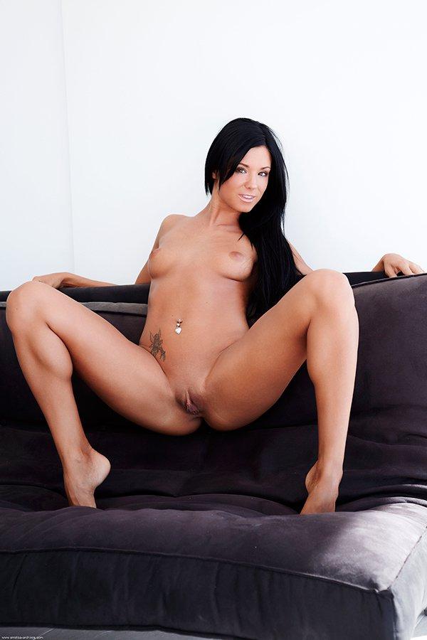 Секс фото соблазнительной брюнеточки на диванчике