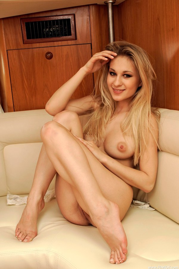 Картинки нагой блондинки на яхте