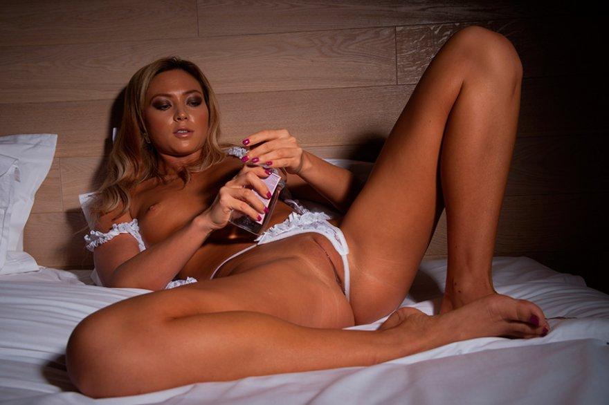 Фотки раздетой блондиночки с телефоном