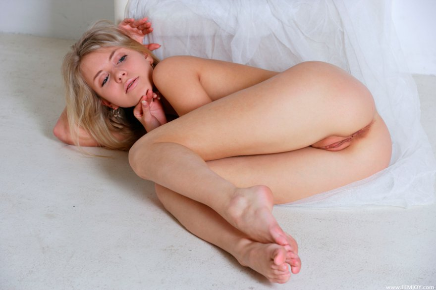 Фото сексуальной блондинки в белом кресле