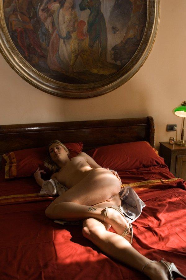 Эро фотки блондинки на кроватке секс фото