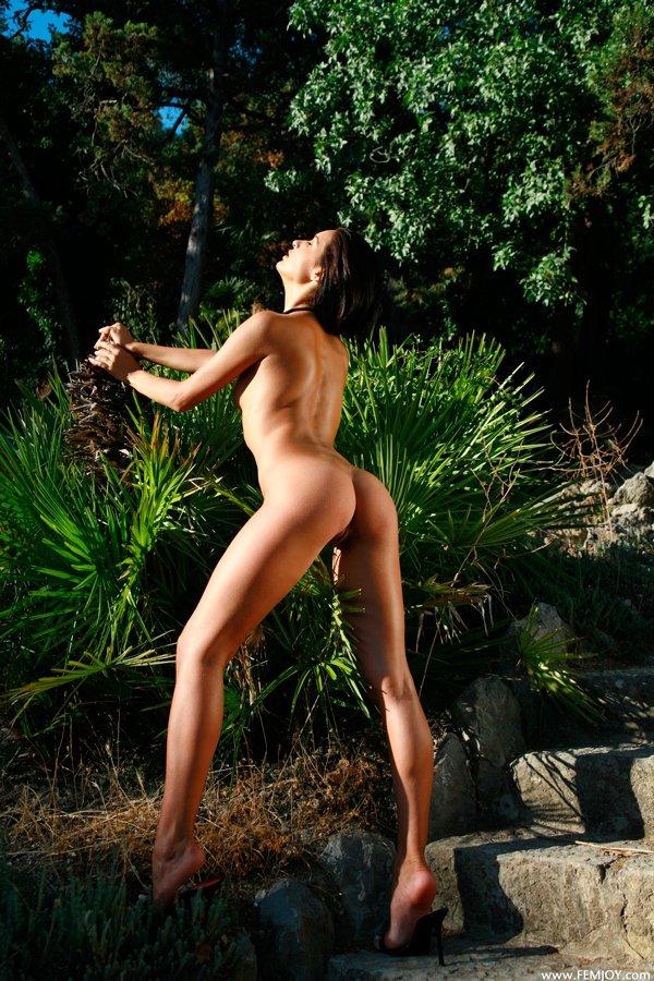 Эротические фото яркой брюнетки