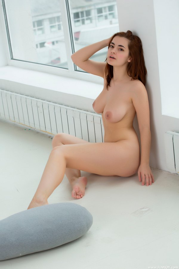 Эротические изображения телки на полу