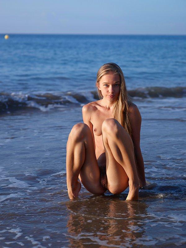 Эротические фото блондинки на пляже
