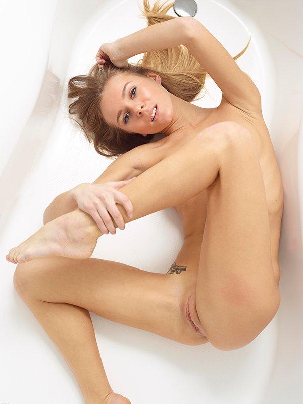 Фото клубничка - светловолосая девушка в душевой