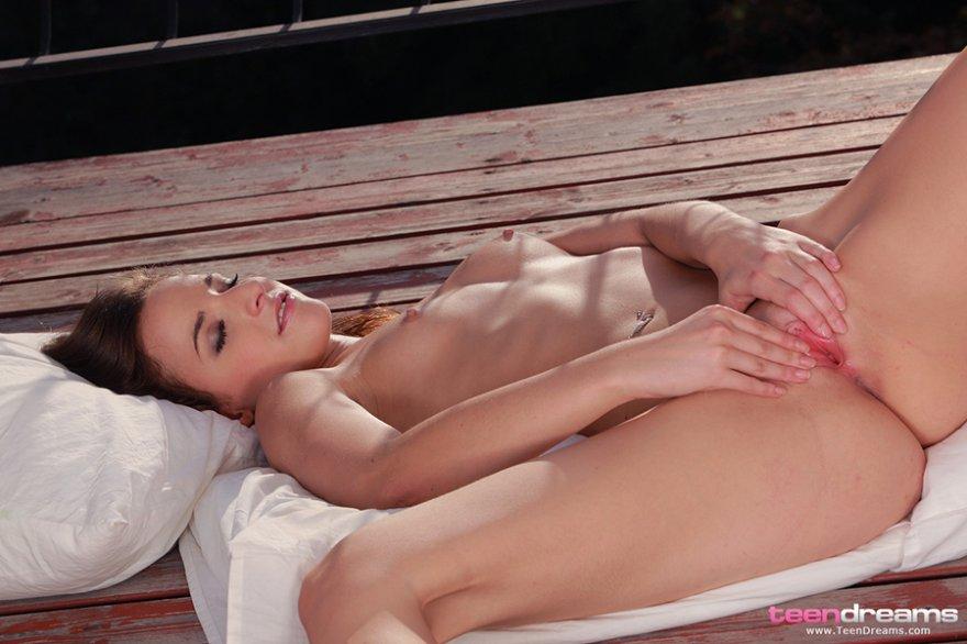 Порно подборка - голая сучка на мосту