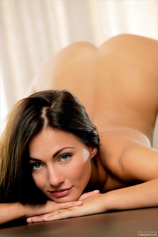 Возбуждающие картинки соблазнительной девки на столе