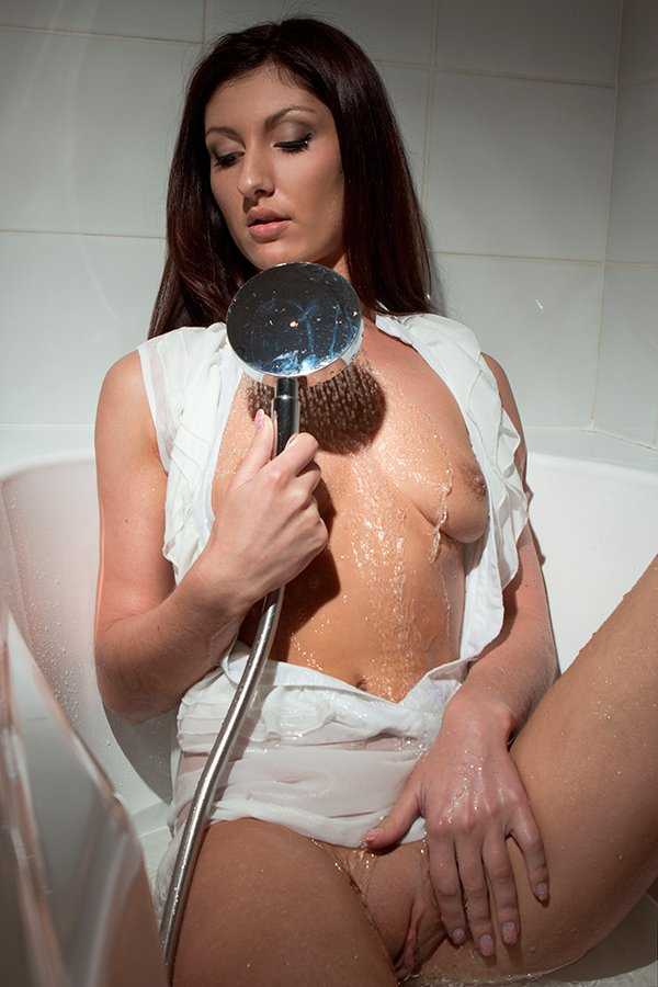 Фото клубничка - тёмненькая в ванной