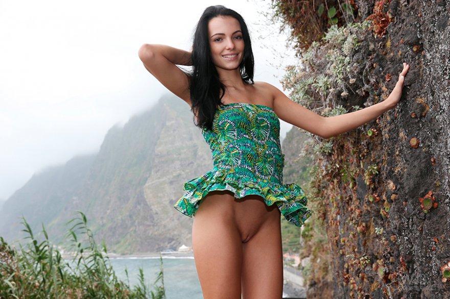 Порно подборка - ухоженная брюнетка на горной дороге