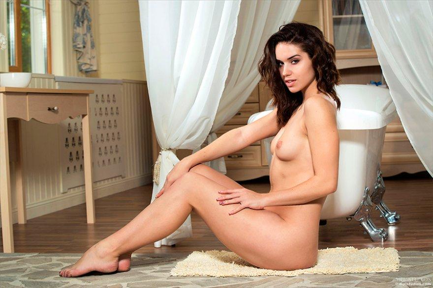 Эротика фото - шикарная брюнетка в ванной