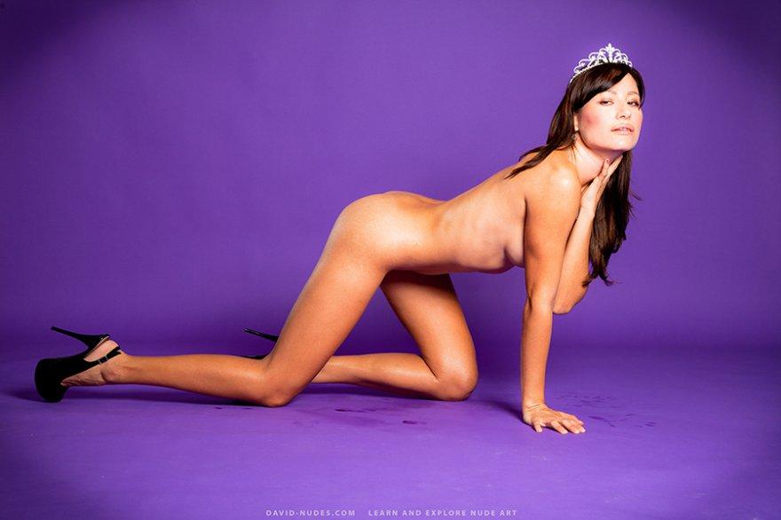 Секс картинки - стройняшка в короне