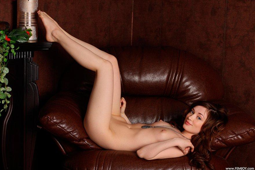 Секс картинки - брюнетка в кожаном кресле