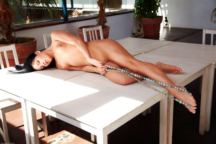 Порно фото - темноволосая девка с бусами секс фото