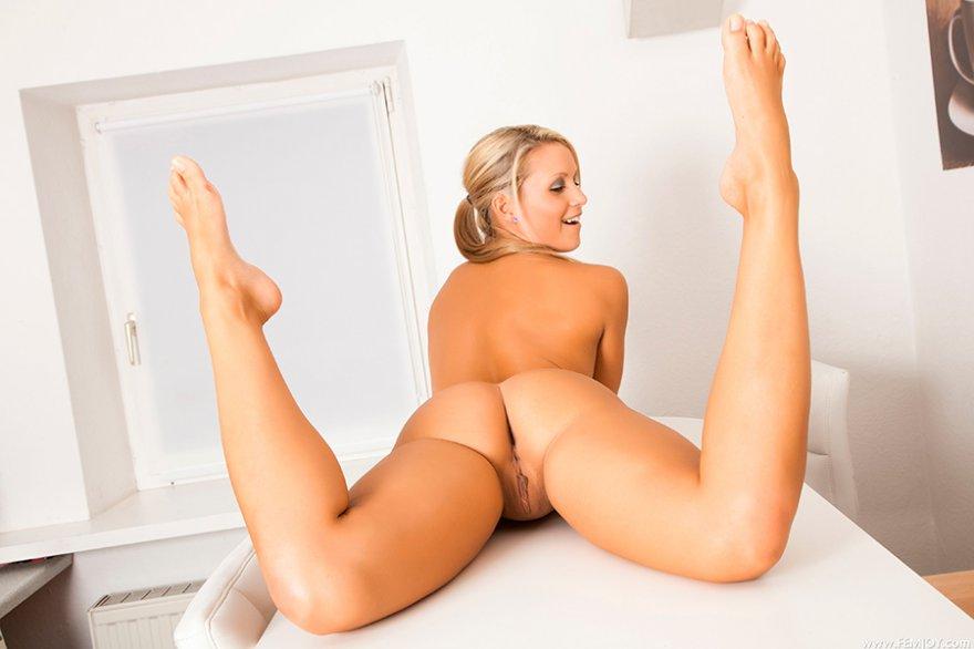 порно блондиночка с очаровательными бедрами
