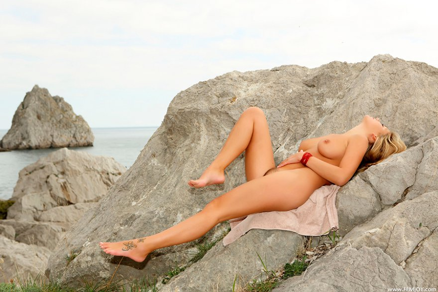 Эротические фотографии тёлки на скале