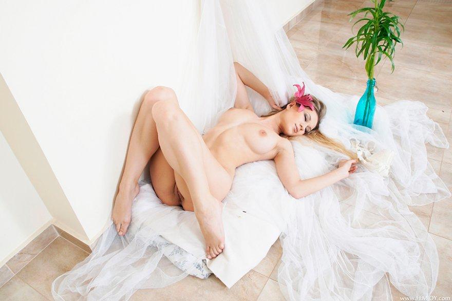 Эротические изображения блондиночки с букетом лилий