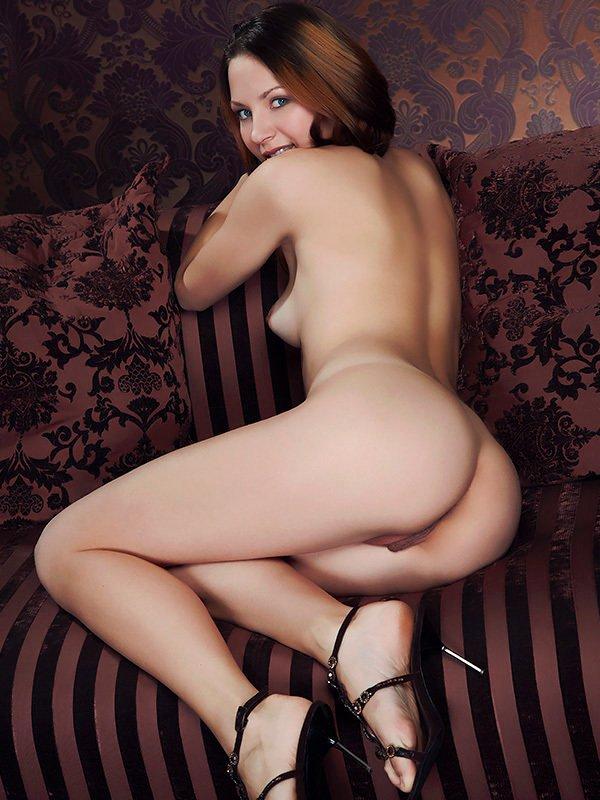 Эротические фото голенькой сучки на софе
