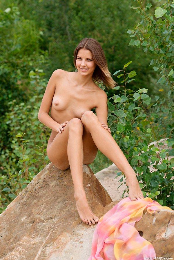 Порно фото девушки на громадном камне