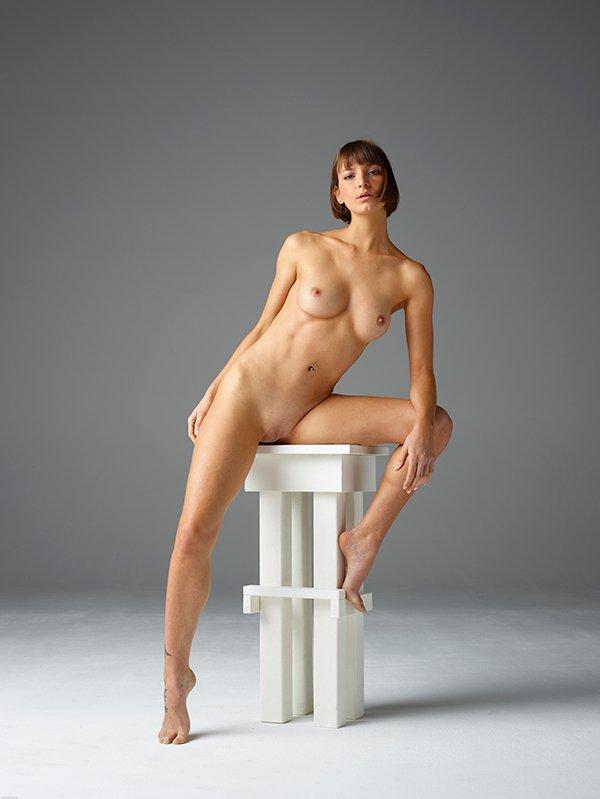 Эротика фото - голая красотка в студии