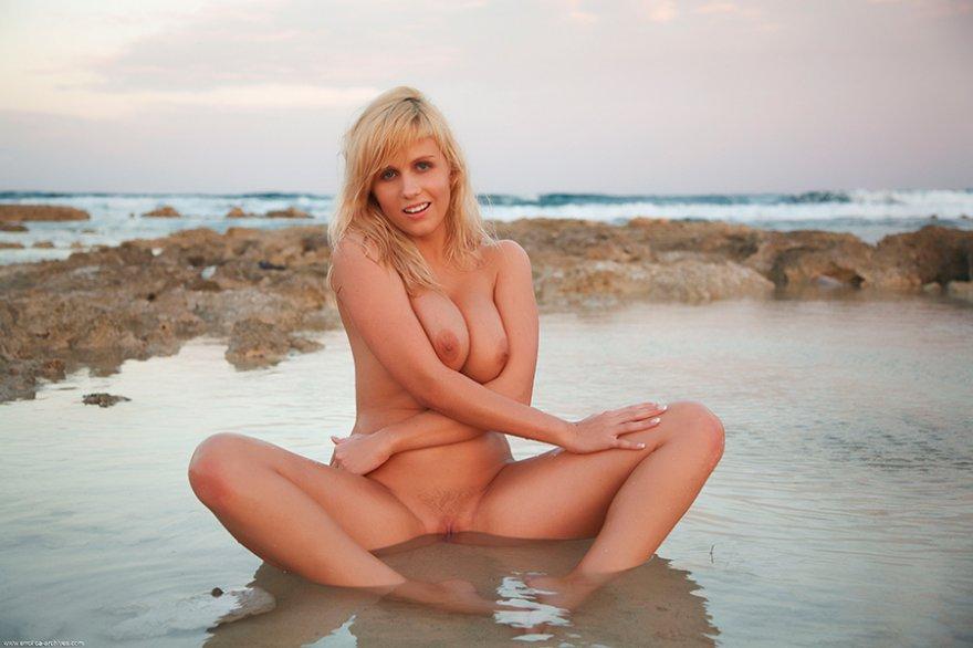 Эро фотки раздетой блондинки в воде