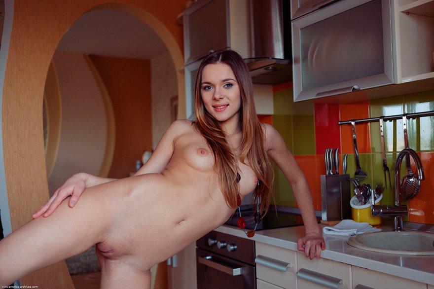 Порно подборка - светлая модель с бокалом шампанского