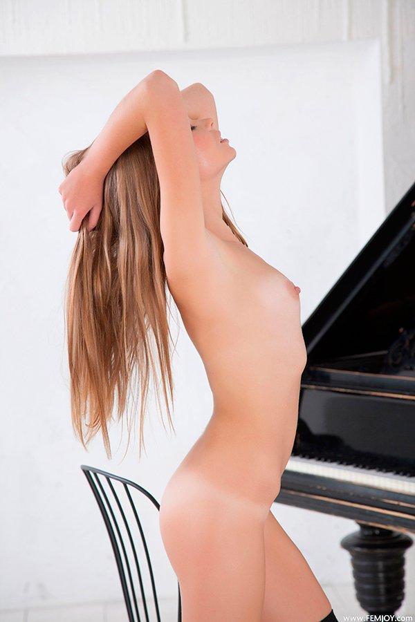 Фото эротики сучки за роялем