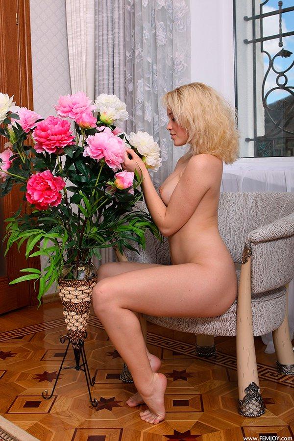 Эротика фото - блондинка на кушетке