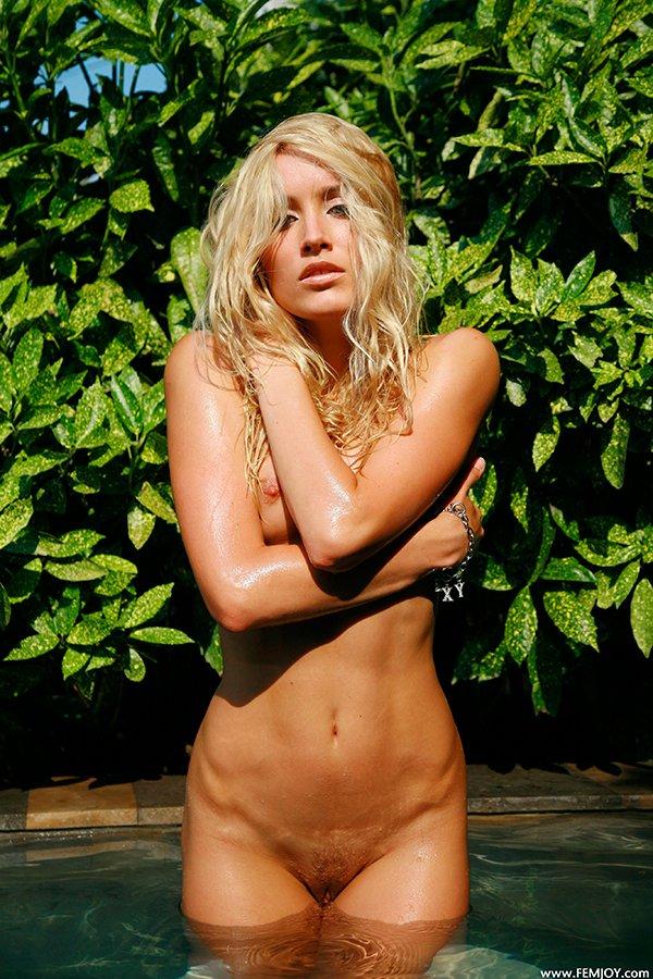Секс фото - нежная блондинка в море