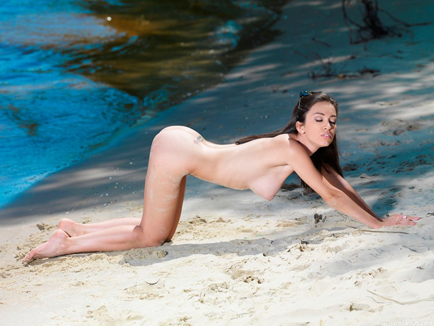 Эротика фото - красотка на пляже