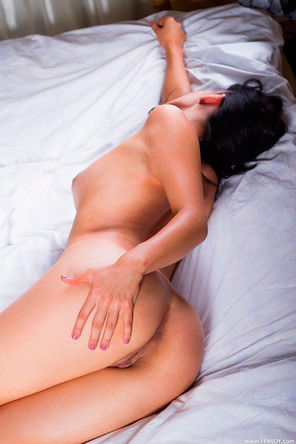 Эротические фото брюнетки с откровенными формами секс фото