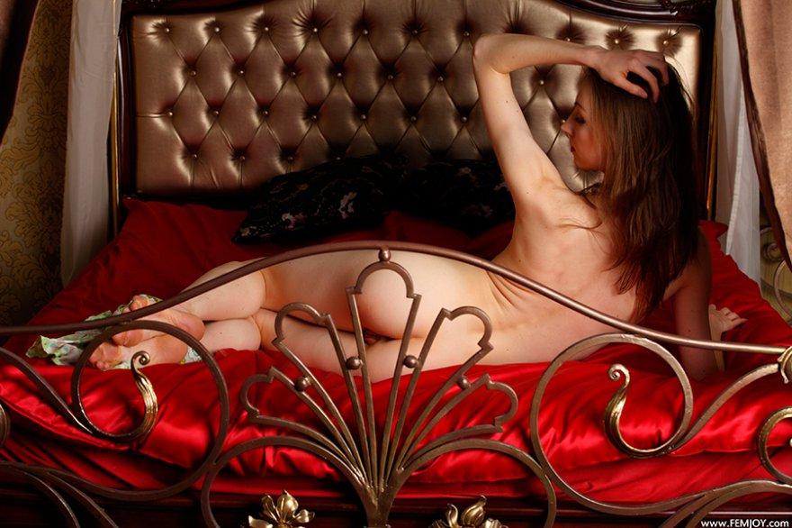 Проститутка на шикарной кровати