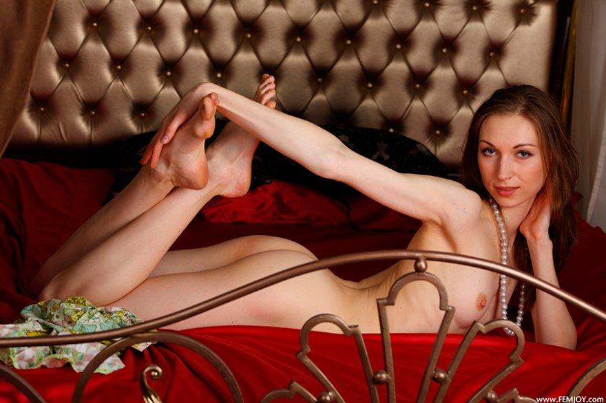 Фото для взрослых - подтянутая светлая порноактриса на постели