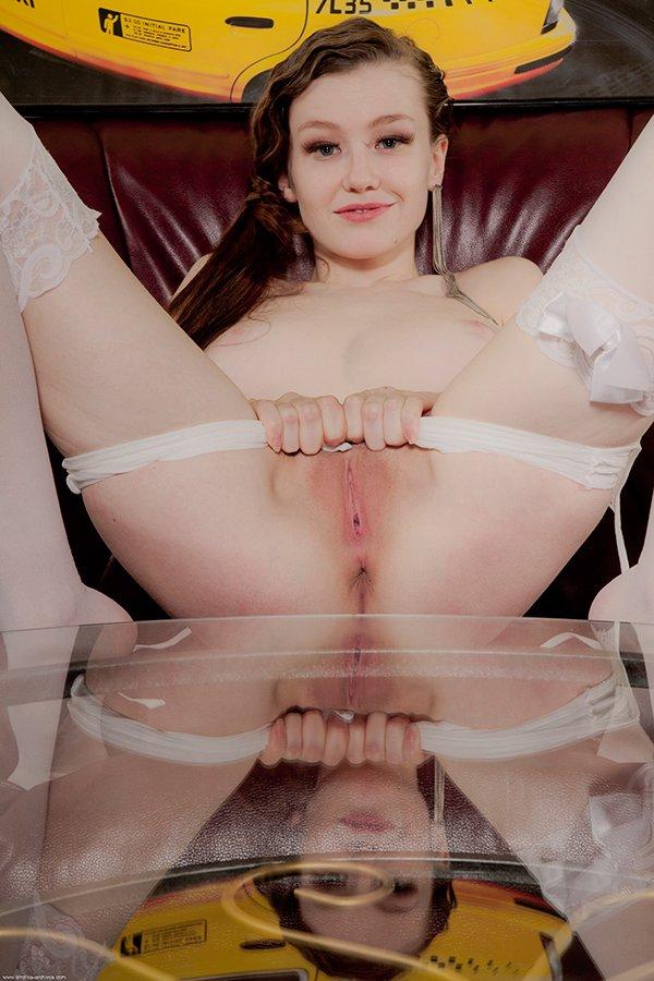 Фото эротика - красивая девушка на журнальном столике