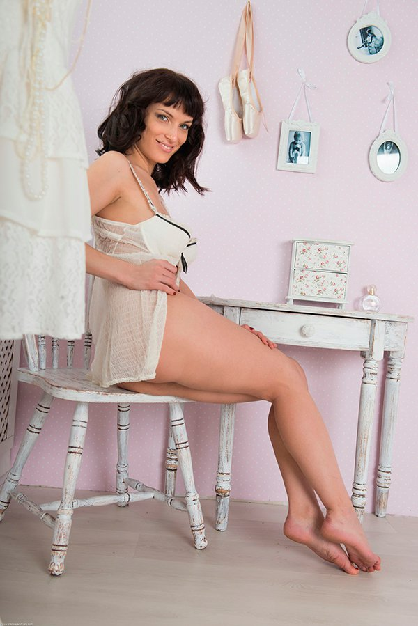 Эротические фото брюнетки в белом пеньюаре