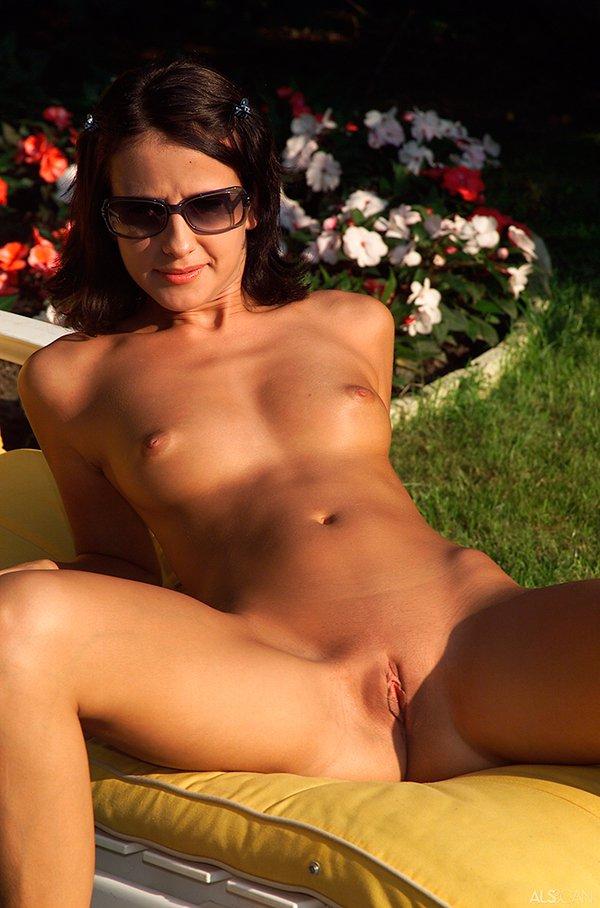 Эро фото - брюнеточка на отдыхе секс фото