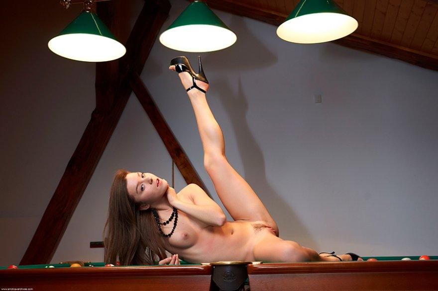 Секс-фото - сучка на бильярде