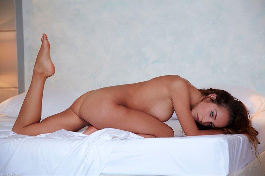 Фото клубничка - девка в койке