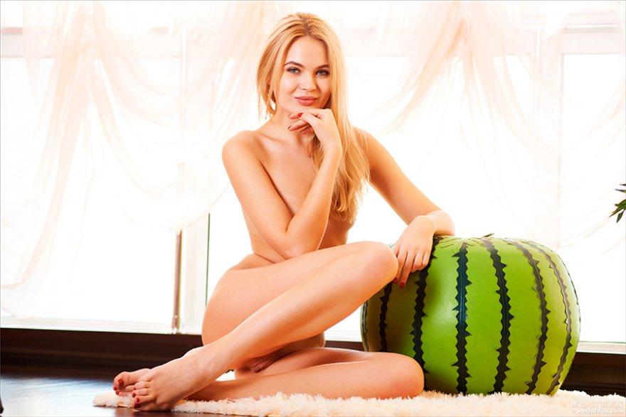 Секс фото - классная блондиночка на стуле
