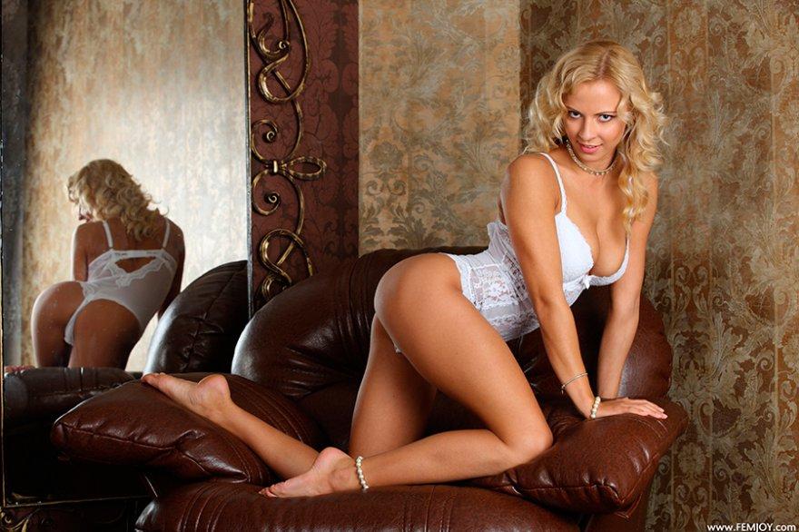 Эротические фото шикарной блондинки в белом кружевном боди