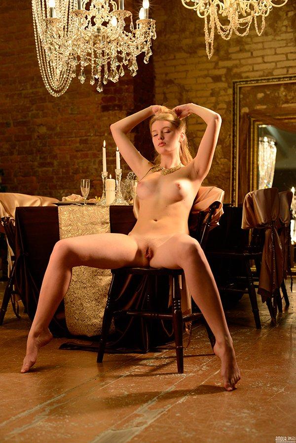 Интим фотки - раздетая блондиночка в столовой