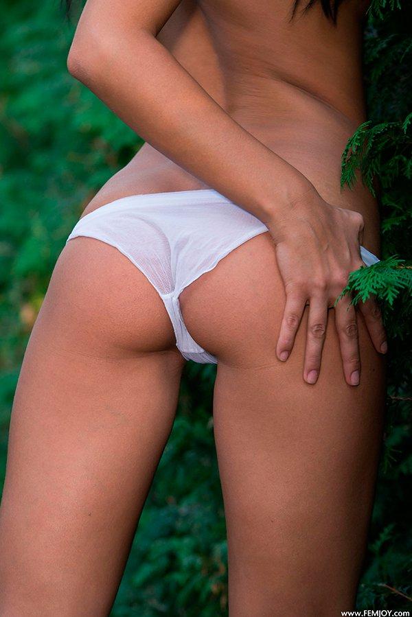 Фото ню - сексуальная брюнетка в парке