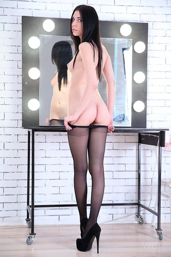 Порно галерея - темноволосая девка в колготках