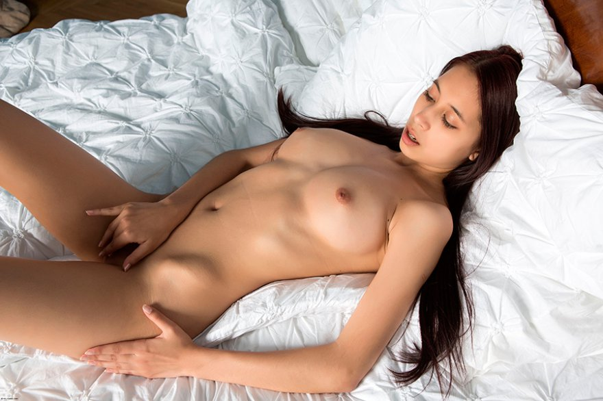 Фото эротики изящной брюнетки в койке