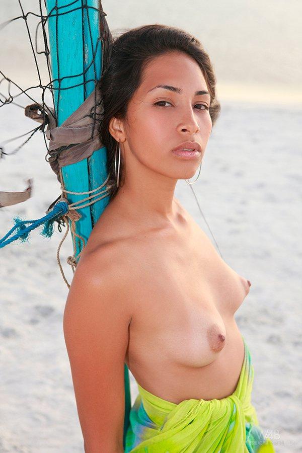 Секс фото - азиатка на берегу моря