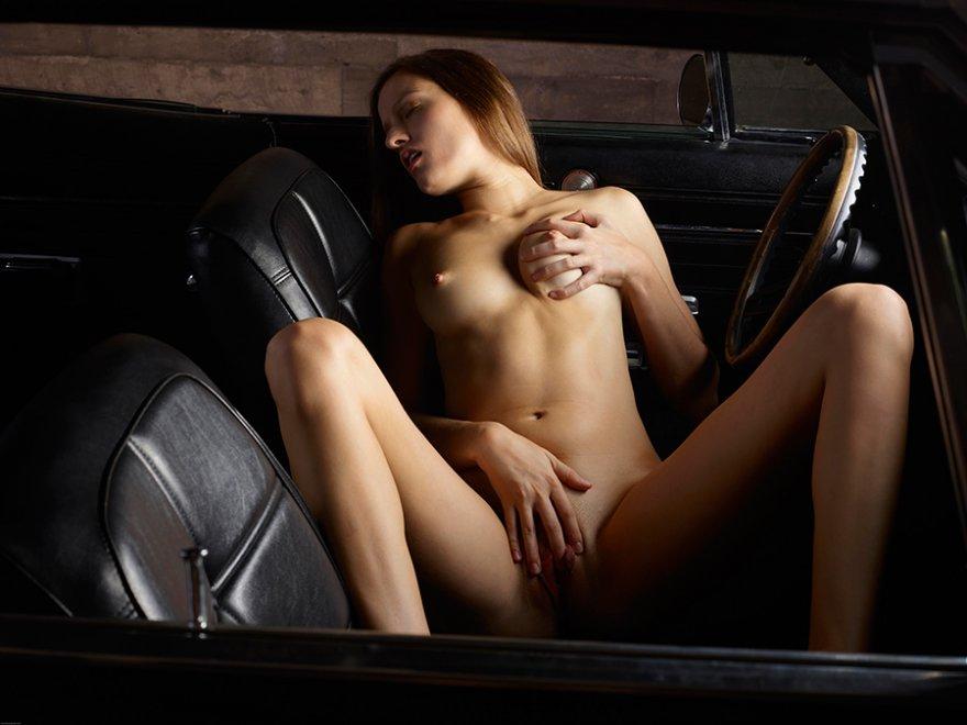 Фото обнаженка - голая красоточка в автомобиле