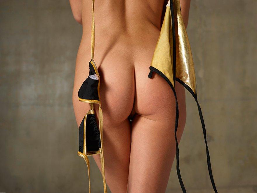 Эро фотки блондиночки в золотистом купальнике