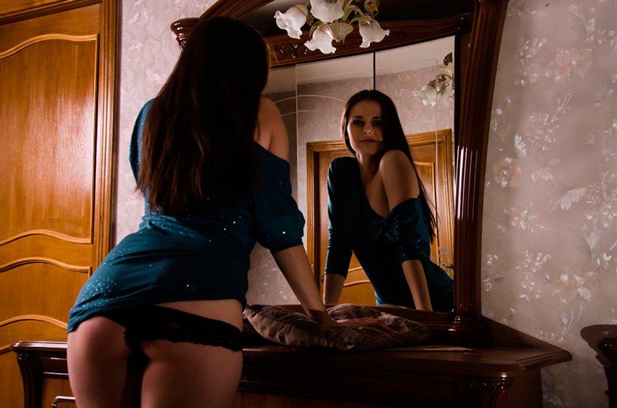 Фото девушек возле зеркала эротика фото 627-821