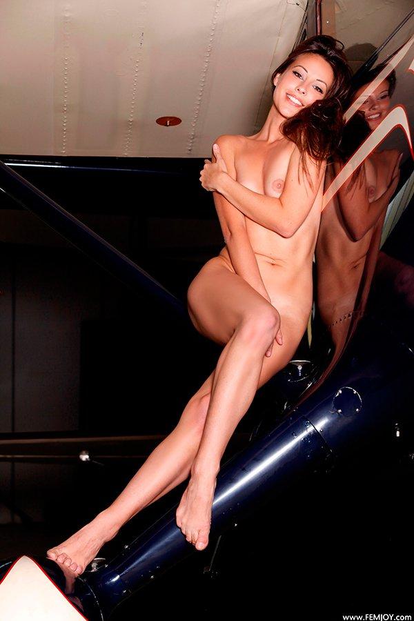 Фото эротика - голая красотка и самолет