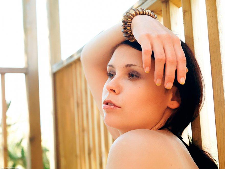Эротика фото - красивая брюнетка с большой грудью