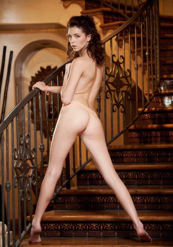Возбуждающие картинки подтянутой блондинки на ступенях
